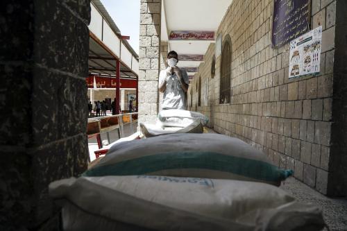 Auxílio alimentar enviado pela ONU é distribuído a famílias carentes em Sanaa, capital do Iêmen, 3 de junho de 2020 [Mohammed Hamoud/Agência Anadolu]