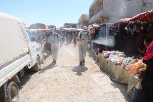 Defesa Civil da Síria (Capacetes Brancos) desinfectam áreas como medida de prevenção contra o coronavírus, em Idlib, Síria, 11 de julho de 2020 [Capacetes Brancos/Agência Anadolu]