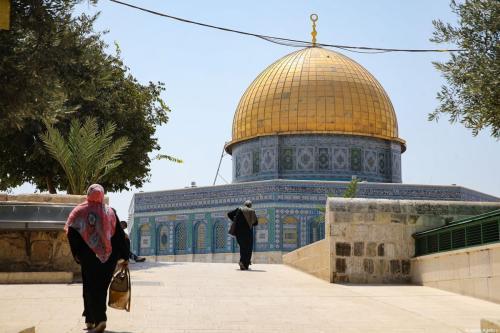 Pessoas caminham no Complexo da Mesquita Al-Aqsa na Cidade Velha de Jerusalém Oriental em 6 de setembro de 2020 [Mostafa Alkharouf / Anadolu Agência]