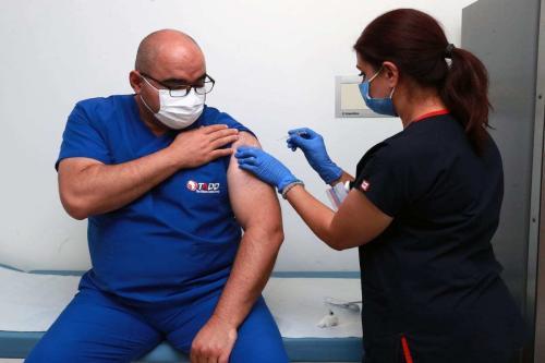Aziz Ahmet Surel, voluntário e coordenador do Hospital Municipal de Ancara, recebe a primeira dose da vacina Coronavac contra o covid-19, em Ancara, Turquia, 6 de outubro de 2020 [Ministério da Saúde da Turquia/Agência Anadolu]