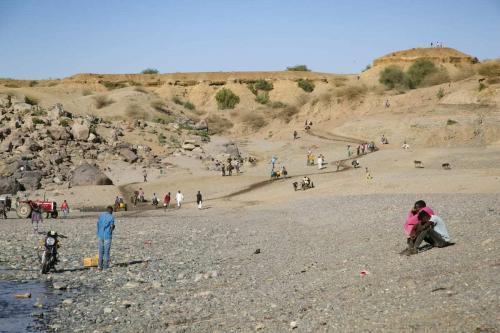 Etíopes que fugiram ao Sudão devido aos conflitos na região do Tigré alcançam as margens do Rio Tezeke, no Sudão, em 13 de dezembro de 2020 [Mahmoud Hjaj/Agência Anadolu]