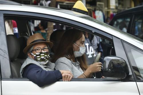 Libaneses usam máscara para prevenir a propagação do coronavírus, em Beirute, Líbano, 21 de dezembro de 2020 [Houssam Shbaro/Agência Anadolu]