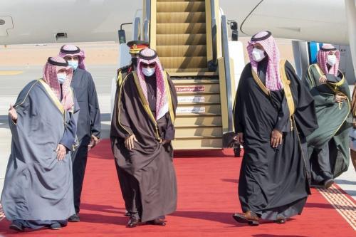 Emir do Kuwait Nawaf al-Ahmad al-Jaber al-Sabah (segundo à direita) é recebido por Mohammed bin Salman (à direita), às vésperas da 41ª Cúpula do Conselho de Cooperação do Golfo (CCG) em Al-Ula, Arábia Saudita, 5 de janeiro de 2021 [Conselho Real da Arábia Saudita/Agência Anadolu]