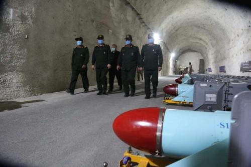 Oficiais militares iranianos inspecionam a base subterrânea de mísseis construída na costa do Golfo Pérsico no sul do Irã de Hormozgan em 8 de janeiro de 2021 [Sepahnews - Folheto / Agência Anadolu]