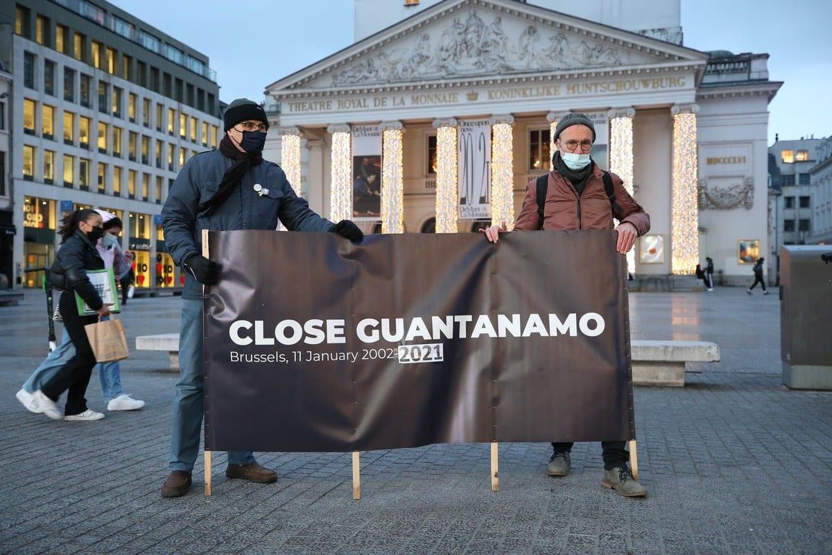 Pessoas seguram uma faixa durante um protesto para exigir o fechamento de Guantánamo no 19º aniversário de sua inauguração no centro da cidade de Bruxelas, Bélgica, em 11 de janeiro de 2021. [Dursun Aydemir/Agência Anadolu]