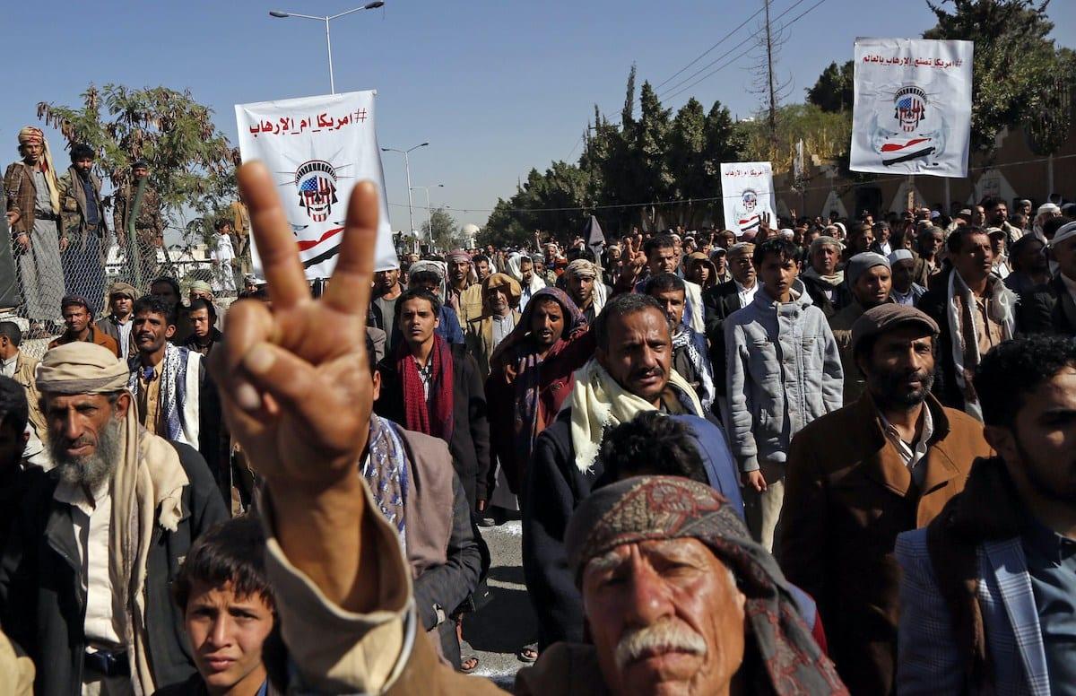 Apoiadores do movimento rebelde houthi protestam em frente à antiga embaixada dos Estados Unidos na capital Sanaa, agora fechada, em 18 de janeiro de 2021 [Mohammed Hamoud/Agência Anadolu]