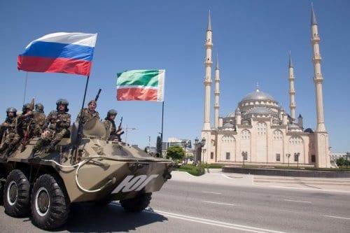Forças especiais da Chechênia desfilam em celebração do Dia da Vitória, em frente à Mesquita Akhmad Kadyrov, no centro de Grozny, 9 de maio de 2013 [Elena Fitkulina/AFP/Getty Images]