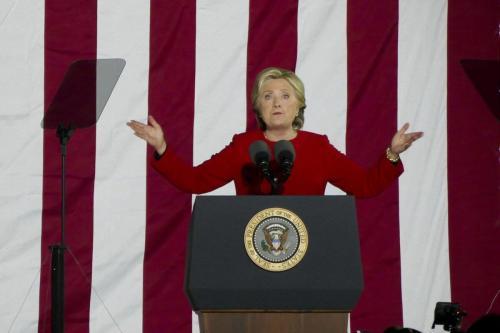 A ex-candidata presidencial democrata Hillary Clinton discursa em um comício na noite final da campanha presidencial dos EUA de 2016 na Filadélfia, Pensilvânia, em 7 de novembro de 2016. [Selçuk Acar - Agência Anadolu]