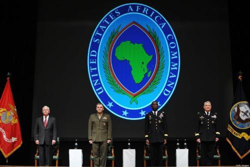O secretário de Defesa dos EUA, Robert Gates, o vice-presidente do Estado-Maior Conjunto dos EUA, General James Cartwright, o comandante cessante do Comando da África, General dos EUA, General William Ward, e o próximo comandante do Comando da África, General Carter Ham, participam da cerimônia de mudança de comando do AFRICOM, em 9 de março de 2011, em Sindelfingen, perto de Stuttgart, Alemanha. [Mandel Ngan-Pool/Getty Images]