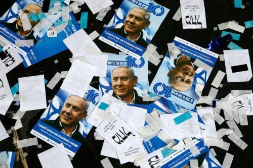 Material de campanha do partido israelense Likud e cartazes do primeiro-ministro Benjamin Netanyahu após a noite de eleições de 10 de abril de 2019 em Tel Aviv [Jack GUEZ/AFP/Getty]
