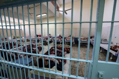 Detentos recebem tratamento médico na clínica da prisão Borg el-Arab, durante visita coordenada pelo Serviço de Informação do Estado do Egito, perto da cidade de Alexandria, em 20 de novembro de 2019 [Mohamed el-Shahed/AFP/Getty Images]