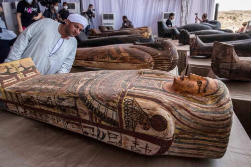 Sarcófagos escavados pela missão arqueológica egípcia são expostos durante coletiva de imprensa na necrópole de Saqqara, Egito, 3 de outubro de 2020 [Khaled Desouki/AFP/Getty Images]