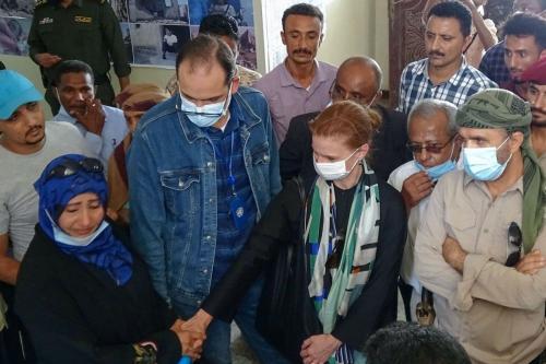 Deputada Chefe da Missão das Nações Unidas para Apoiar o Acordo de Hudaydah (UNMHA) Daniela Crosslake (centro) visita vítimas de guerra em um hospital em Hays, na província de Hudaydah ocidental do Iêmen, em 11 de novembro de 2020. [Khaled Ziad/AFP]