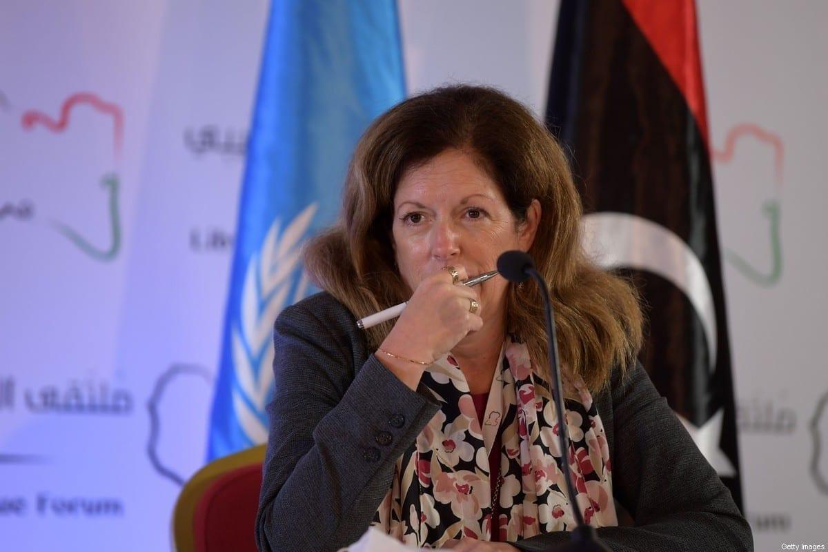 A enviada em exercício da ONU na Líbia, Stephanie Williams, atenta durante uma conferência de imprensa na capital tunisiana, Túnis, em 11 de novembro de 2020, após dois dias de negociações, promovidas pela ONU sobre o conflito na Líbia. [Fethi Belaid/AFP via Getty Images]