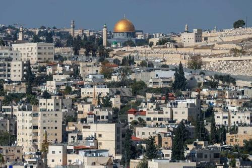 Vista do Domo da Rocha, no complexo de Al-Aqsa em Jerusalém, a partir da cidade de Abu Dis, na Cisjordânia ocupada, separada por Jerusalém pelo muro do apartheid, em 23 de novembro de 2020 [Ahmad Gharabli/AFP/Getty Images]