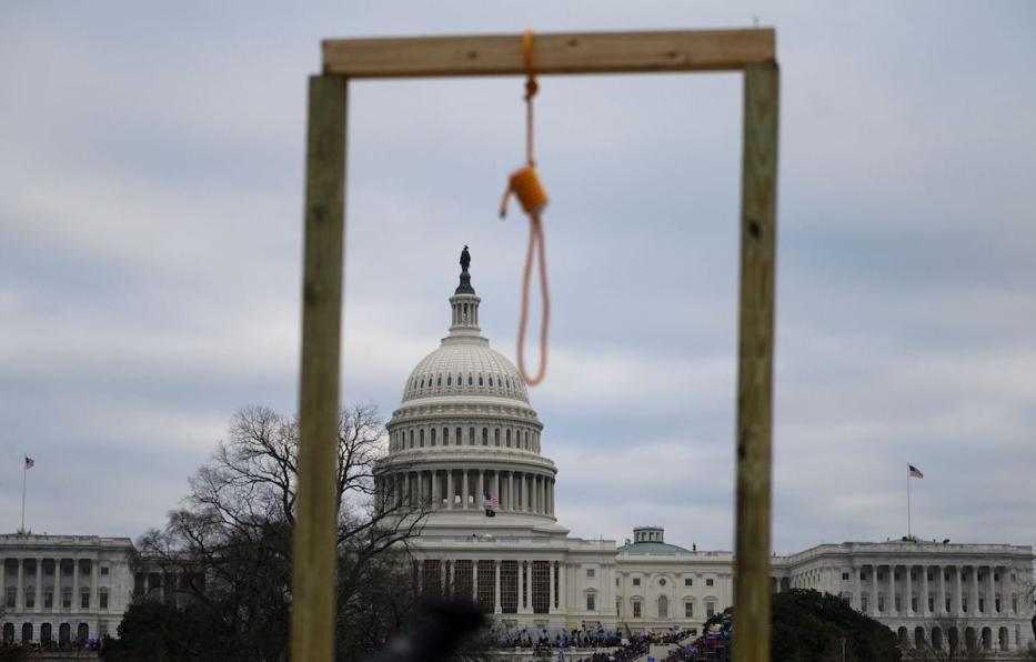 Um laço é visto na forca improvisada enquanto apoiadores do presidente dos EUA Donald Trump se reúnem no lado oeste do Capitólio dos EUA em Washington DC em 6 de janeiro de 2021. [Andrew Caballero-Reynolds/ AFP via Getty Images]