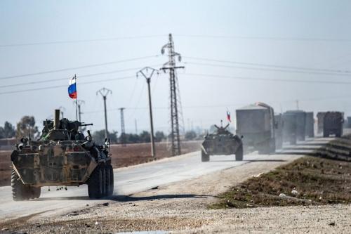 Tropas russas escoltam um comboio de civis sírios para fora da cidade de Tal Tamr, através da rodovia estratégica M4, na província de Hasakah, nordeste da Síria, 10 de janeiro de 2021 [Delil Souleiman/AFP/Getty Images]