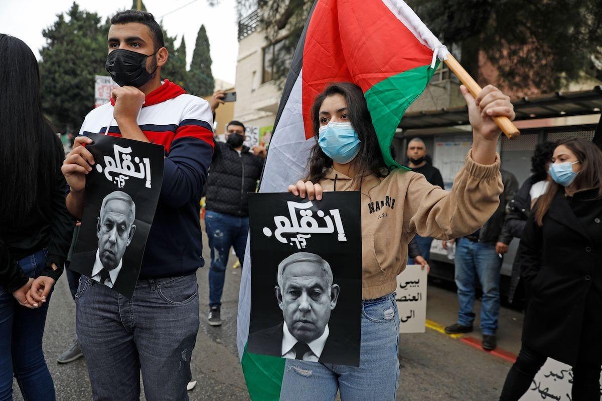 Árabes protestam contra visita do premiê israelense Benjamin Netanyahu, na cidade de Nazaré, norte do território considerado Israel, em 13 de janeiro de 2021 [Ahmad Gharabli/AFP/Getty Images]
