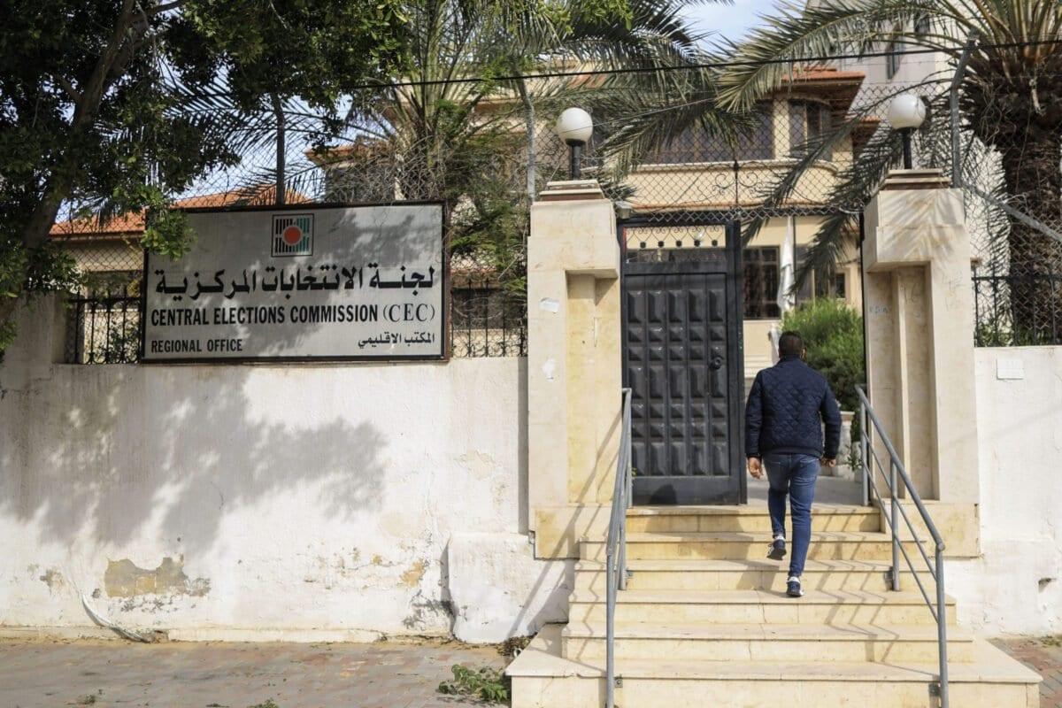Palestino entra no escritório da Comissão Central Eleitoral na Cidade de Gaza, em 17 de janeiro de 2021 [Mahmud Hams/AFP/Getty Images]