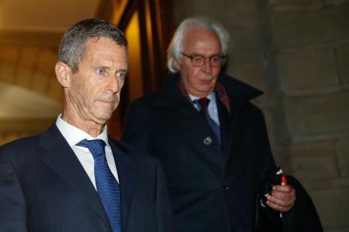Beny Steinmetz (à esquerda), magnata franco-israelense da exploração de diamantes, e seu advogado Marc Bonnant, deixam a corte após veredito considerá-lo culpado por corrupção ao obter acordos de mineração na Guiné, em Genebra, Suíça, 22 de janeiro de 2021 [Stefan Wermuth/AFP/Getty Images]