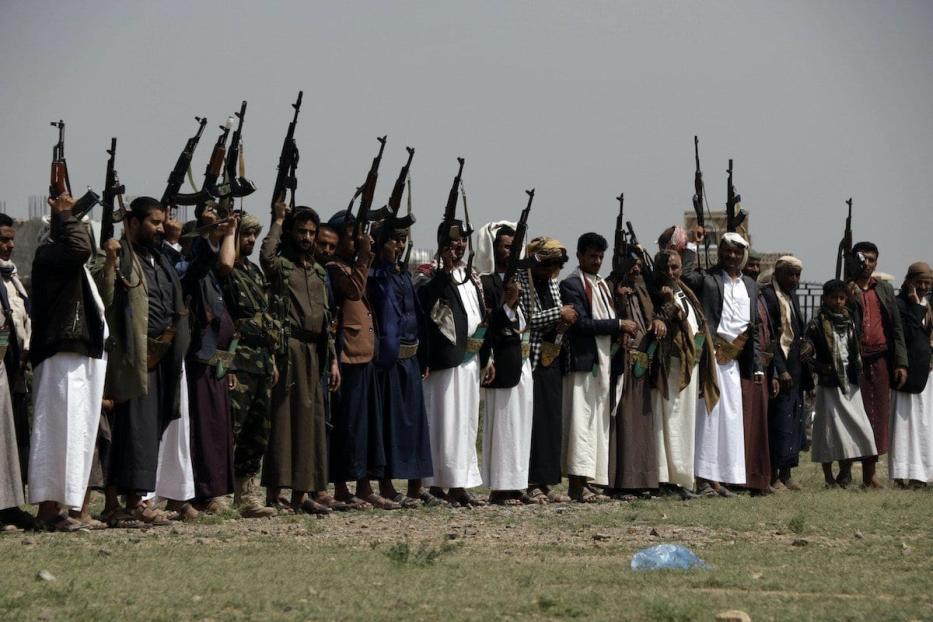 Manifestantes iemenitas que são leais ao grupo Houthi participam de uma manifestação contra o anúncio da normalização diplomática entre Israel e os Emirados Árabes Unidos, em 22 de agosto de 2020 em Sana'a, Iêmen. [Mohammed Hamoud/Getty Images]