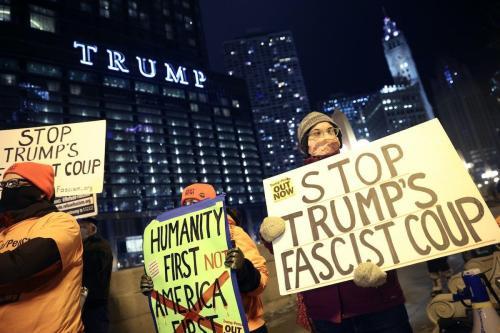 Um pequeno grupo de manifestantes protesta perto da Trump Tower em 7 de janeiro de 2021 em Chicago, Illinois. [Scott Olson / Getty Images]