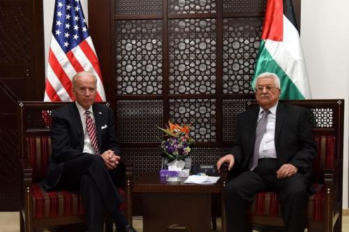 O então vice-presidente dos EUA, Joe Biden (esq.), e o presidente palestino, Mahmud Abbas (dir.), sentam-se durante uma reunião no complexo presidencial na cidade de Ramallah, na Cisjordânia, em 9 de março de 2016. [AFP via Getty Images]
