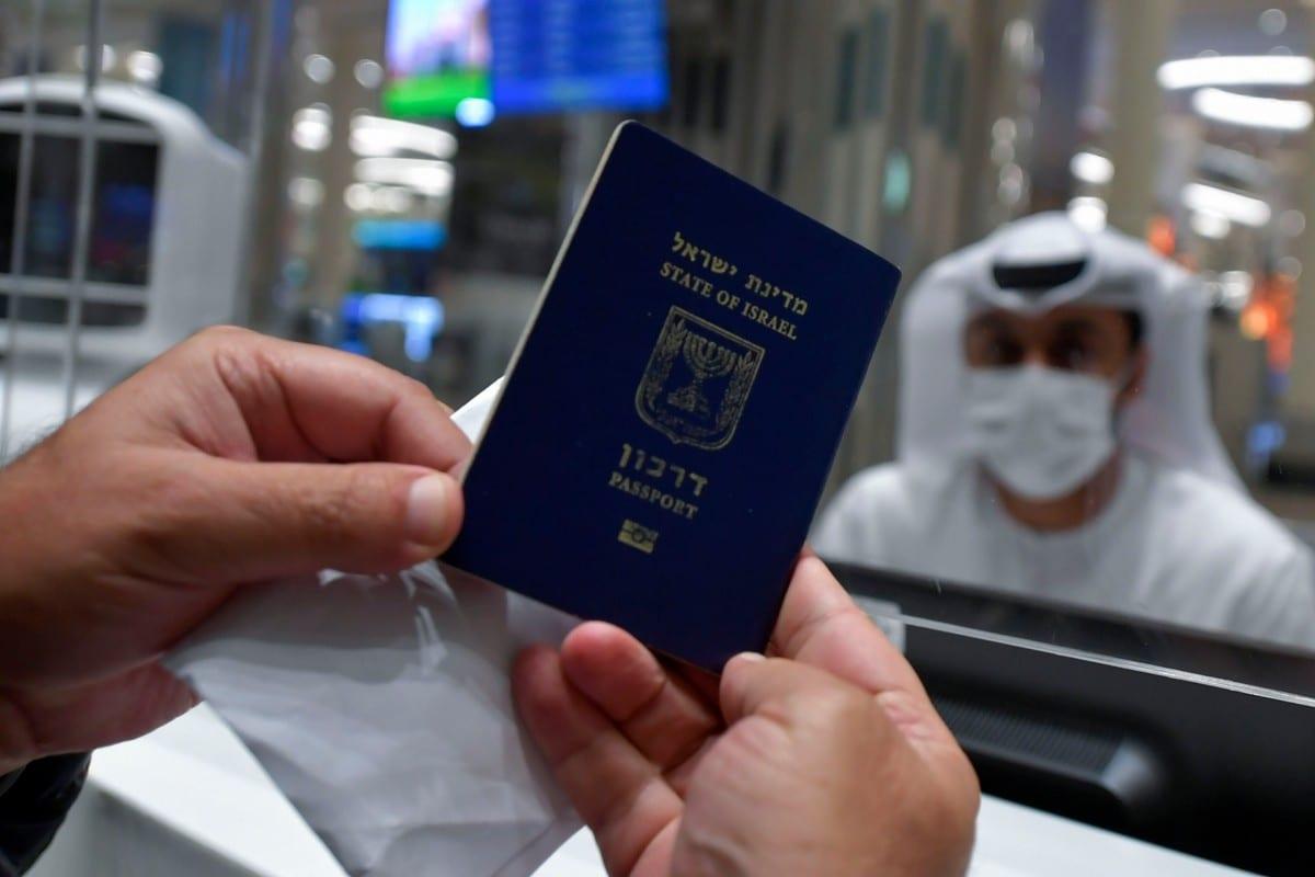 Israelense apresenta seu passaporte ao viajar de Tel Aviv a Dubai, nos Emirados Árabes Unidos, em 26 de novembro de 2020 [Karim Sahib/AFP/Getty Images]