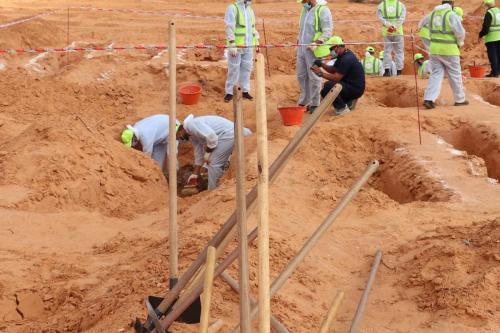 Profissionais forenses conduzem a escavação de uma cova coletiva em Tarhuna, na Líbia, 7 de novembro de 2020 [Mücahit Aydemir/Agência Anadolu]