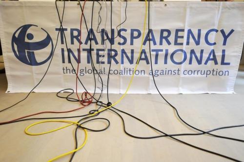 Um logotipo da Transparency International (TI) durante uma coletiva de imprensa, em Berlim, em 23 de setembro de 2008. [John Macdougall/AFP via Gettyimages]