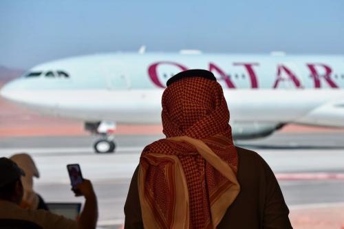 Jornalistas observam a chegada da delegação do Catar para a 41ª cúpula do Conselho de Cooperação do Golfo (CCG), na Arábia Saudita, 5 de janeiro de 2021 [Fayez Nureldine/AFP/Getty Images]