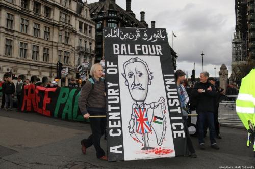 Os londrinos marcam 100 anos desde Balfour Declaração em um protesto para reconhecer a opressão contínua dos palestinos e pedindo desculpas do governo britânico, em Londres em 4 de novembro de 2017 [Jehan Alfarra / Monitor do Oriente Médio]
