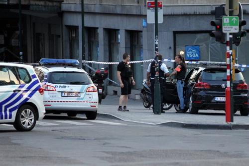 Soldados armados e policiais montam guarda do lado de fora em Bruxelas, Bélgica, em 20 de junho de 2017. [Agência Dursun Aydemir/Anadolu]