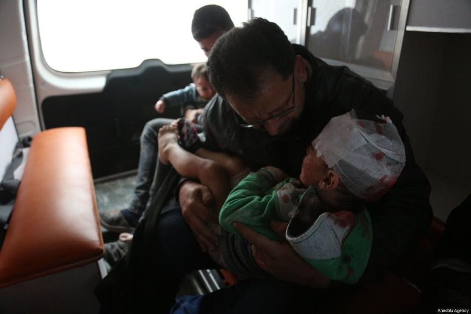 Crianças feridas são levadas ao hospital após o ataque do regime de Assad a Idlib, Síria, em 16 de fevereiro de 2019 [Enes Diyab/Anadolu Agency]