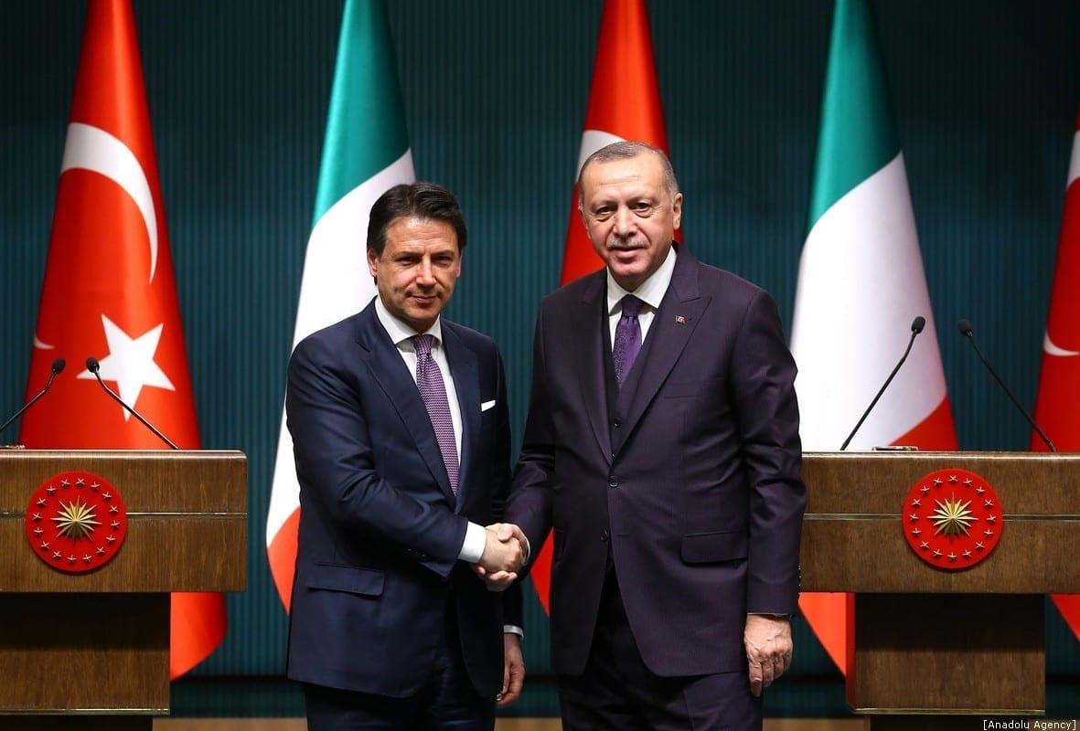 O presidente turco, Recep Tayyip Erdogan, e o primeiro-ministro da Itália, Giuseppe Conte, dão uma entrevista coletiva após sua reunião no Complexo Presidencial em Ancara, Turquia, em 13 de janeiro de 2020. [Halil Sağırkaya/Anadolu Agency]