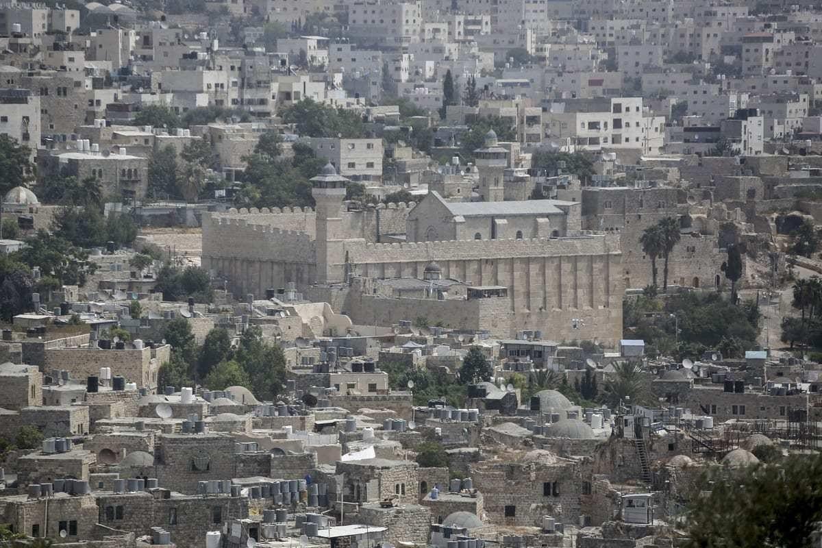 Vista geral da Mesquita Ibrahimi e arredores em Hebron, Cisjordânia em 1 de setembro de 2020. [Issam Rimawi/Agência Anadolu]