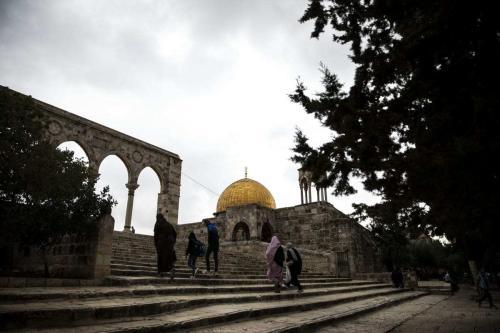 Palestinos se reúnem para orar na sexta-feira no complexo de Al-Aqsa, na Cidade Velha de Jerusalém Oriental, em 6 de novembro de 2020. [Mostafa Alkharouf/Anadolu Agency]
