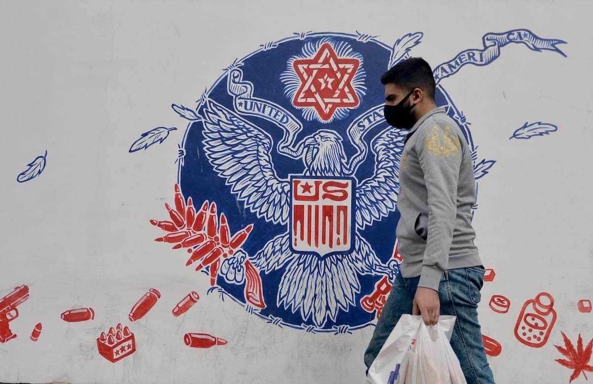 Grafite nos muros da antiga embaixada dos Estados Unidos em Teerã, capital do Irã, 9 de novembro de 2020 [Fatemeh Bahrami/Agência Anadolu]