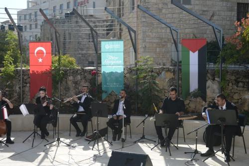 Concerto de amizade Turquia-Palestina, organizado pelo Centro Cultural Yunus Emre Turco, em Jerusalém e Al Kamandjâti Association, realizado no Centro para Conservação de Arquitetura em Ramallah, na Cisjordânia, em 19 de novembro de 2020. [Issam Rimawi/Anadolu Agency]