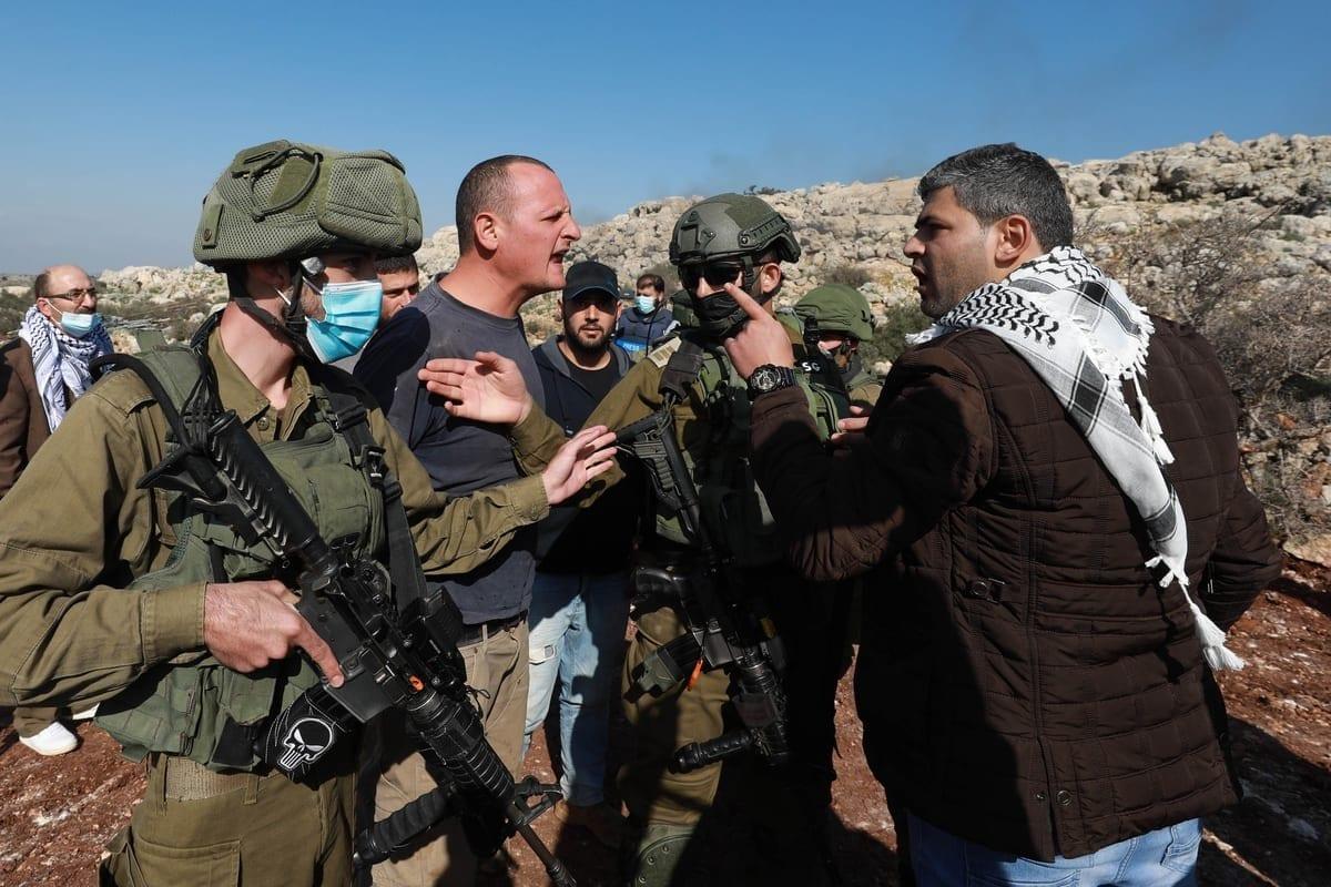 Forças israelenses reprimem palestinos que defendem-se da expropriação de terras agrárias por colonos ilegais, na região de al-Ras, em Selfit, Cisjordânia ocupada, 30 de novembro de 2020 [Issam Rimawi/Agência Anadolu]