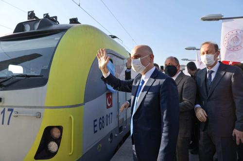 O ministro de Transporte e Infraestrutura da Turquia, Adil Karaismailoglu, participa da cerimônia de despedida do primeiro trem de exportação transportando produtos de exportação para a China, que percorrerá 8.693 quilômetros, na Estação Kazlicesme em Istambul, Turquia, em 4 de dezembro de 2020. [Muhammed Enes Yıldırım/Anadolu Agency]