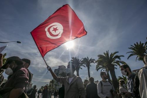 Manifestantes tunisianos se reúnem em Túnis, Tunísia, em 30 de janeiro de 2021. [Yassine Gaidi/Agência Anadolu]