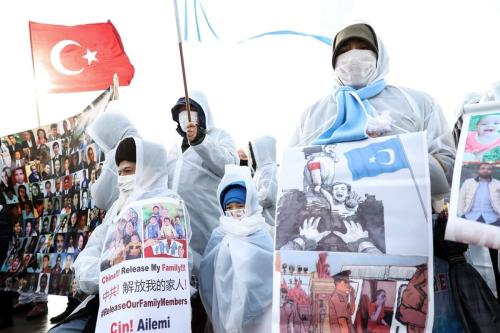Turcos uigures que vivem em Istambul, que não podem entrar em contato com seus parentes na Região Autônoma Uigur de Xinjiang, se reúnem para protestar contra a China em frente ao Consulado Geral da China no distrito de Sariyer em Istambul, Turquia, em 15 de fevereiro de 2021. [Ahmet Bolat/Anadolu Agency]