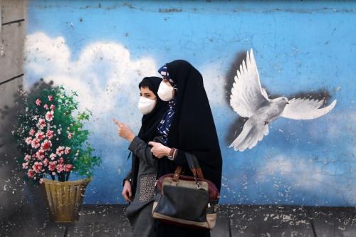 Mulheres usam máscara como medida preventiva contra o coronavírus, em Teerã, Irã, 16 de fevereiro de 2021 [Fatemeh Bahrami/Agência Anadolu]