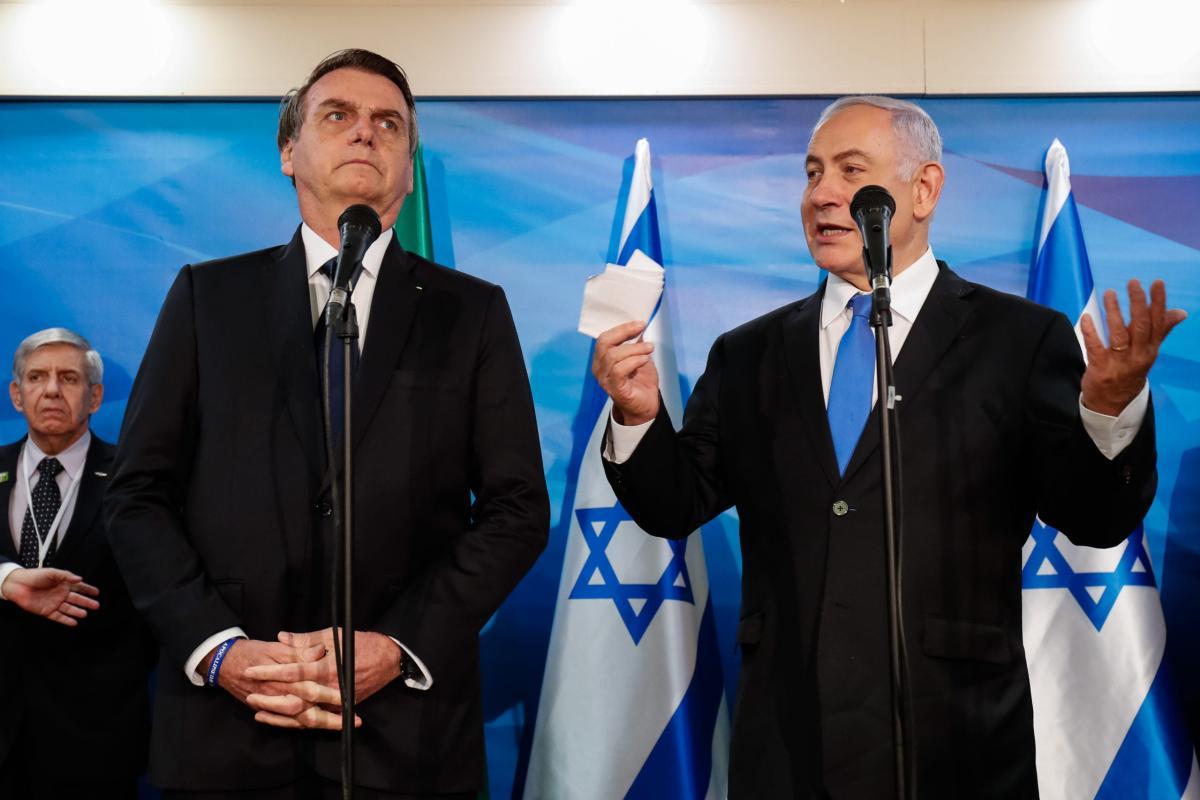 Presidente brasileiro, Jair Bolsonaro, e o Primeiro-Ministro de Israel, Benjamin Netanyahu, durante assinatura de acordos. Em 31 de março de 2019. [Alan Santos/PR]