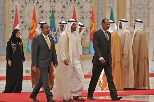 O príncipe herdeiro de Abu Dhabi Sheikh Mohamed bin Zayed Al Nahyan (C) recebe o primeiro-ministro etíope Abiy Ahmed (esq.) e o presidente da Eritreia Isaias Afwerki (dir.) no palácio presidencial na capital dos Emirados Árabes Unidos, Abu Dhabi, em 24 de julho de 2018. [ Karim Hahib/ AFP via Getty Images]