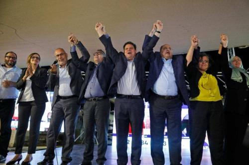 (Da esquerda para a direita) (da esquerda para a direita) Ofer Cassif, membro judeu e candidato do partido Hadash; Heba Yazbak, membro e candidato do partido Balad; Osama Saadi, membro e candidato do partido Taal levanta as mãos junto com o candidato do partido Balad. Mtanes Shehadeh; o presidente do Hadash e candidato Ayman Odeh o líder de Taal e o candidato Ahmad Tibi; o membro de Hadash e candidato Aida Touma, e membro do Movimento Islâmico e candidato Iman Khatib Yassin em Nazareth em 17 de setembro de 2019 [Ahmad Gharabli/ AFP via Getty Images]