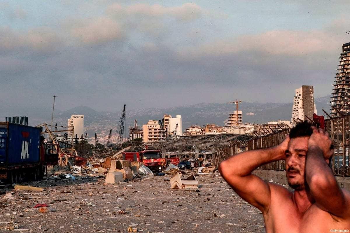 Um homem reage na cena de uma explosão no porto da capital do Líbano, Beirute, em 4 de agosto, 2020 [Ibrahim Amro/ AFP via Getty Images]