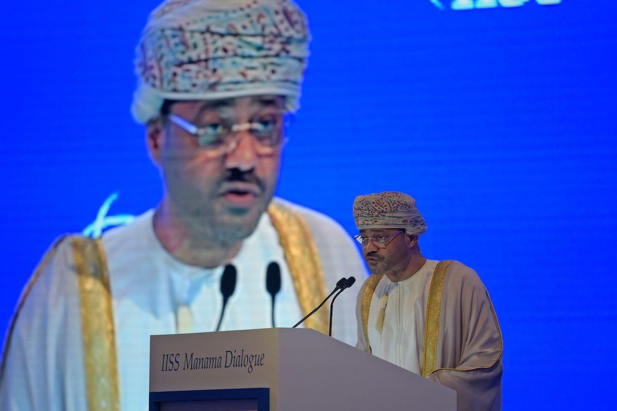 Ministro das Relações Exteriores de Omã, Sayyid Badr bin Hamad bin Hamood al-Busaidi, discursa na conferência de segurança Manama Dialogue na capital do Bahrein, em 5 de dezembro de 2020. [Mazen Mahdi/ AFP via Getty Images]