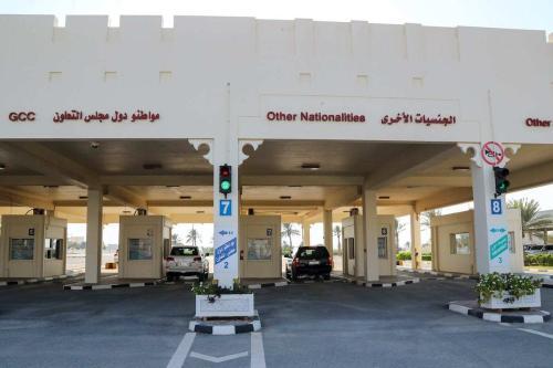 Carros cruzando o lado do Catar da fronteira de Abu Samrah com a Arábia Saudita após a abertura de passagens entre os dois países em 9 de janeiro de 2021. [Karim Jaafar / AFP via Getty Images]